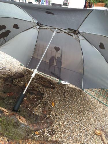 to-mandsparaplyen har kun eet håndtag