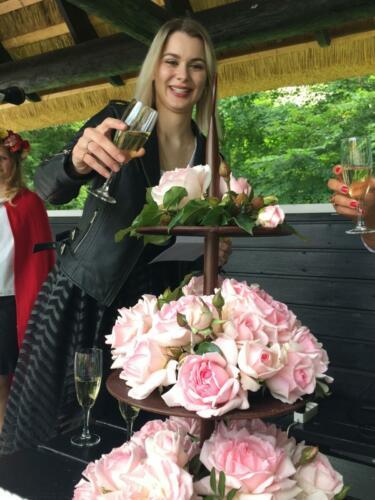 Emelie døber rosen i champagne